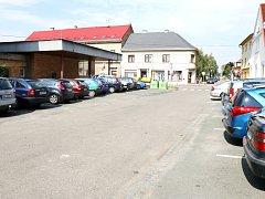 Náměstí Míru ve Smiřicích a situace s parkováním vozidel.