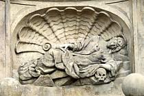 Socha sv. Rozálie na hradeckém mariánském sloupu.