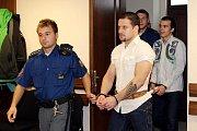 Krajský soud v Hradci Králové víní dva muže z toho, že si s sebou vezli v žaludku při své cestě z Peru, respektive Argentiny, kokain. Čtyřiadvacetiletý Oldřich Andrlík za to může jít do vězení až na 18 let, o dva roky starší Milan Kuře až na 15 let.