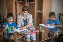 Paní Trojanová při doučování dětí z pěstounských rodin.
