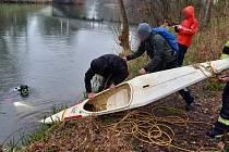 Záchrana kajaku z koryta řeky Orlice, 19.4.2021