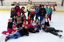Žáci ze třídy 2. B hradecké ZŠ Štefcova na bruslení v malé hale zimního stadionu.