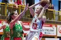 V bílém hradecká basketbalistka Kristýna Minarovičová.