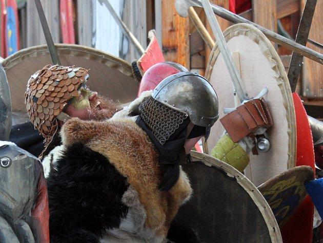 Fantasy bitva mezi barbary a rytíři u hradiště za Lesním hřbitovem v Hradci Králové.