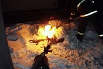 Žhář zapálil v Hradci Králové auto a karavan