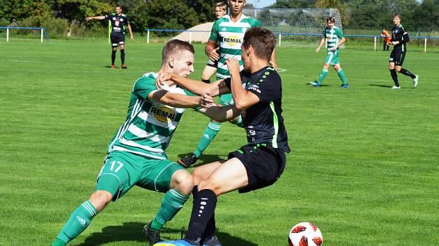 Souboj o míč - ruce ve hře měli v tomto případě hráči Bohemians Praha B (v zelenobílém) a FC Hradec Králové B.