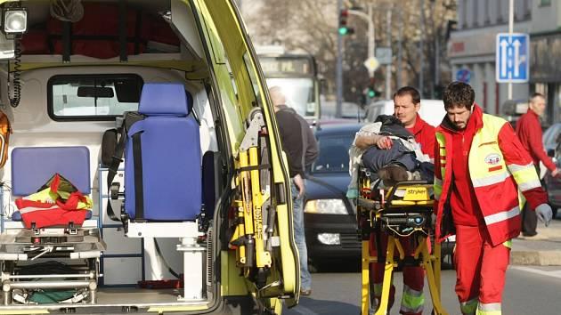 Srážka chodce automobilem na Gočárově třídě poblíž hradeckého Ulrichova náměstí.