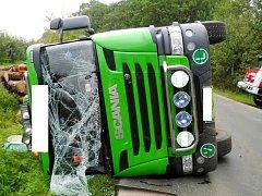 Havárie nákladního automobilu mezi obcemi Stěžery a Těchlovice.