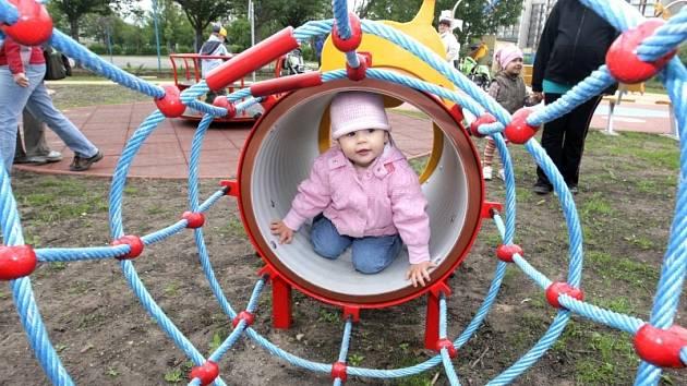 Přírodní areál základní školy a nové dětské hřiště otevřela ZŠ a MŠ Pohádka v královéhradecké  Mandysově ulici.