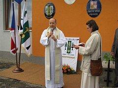 Prasek světil obecní symboly a pozval si k tomu i rodáky (srpen 2010).