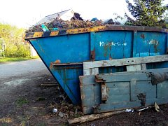 Kontejner v osadě Červený Dvůr se vyváží třikrát týdně, přesto je téměř stále plný. Místo v něm často zabírá stavební odpad, který se kupí i kolem.