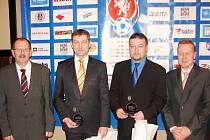 Rozhodčí Milan Fryš (druhý zleva).