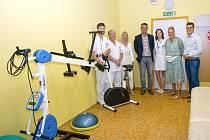 Dětská klinika FN HK získala od Nadačního fondu Kapka naděje rehabilitační přístroj.