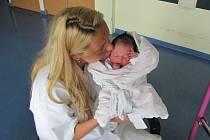ROZÁRKA ŠOTOLOVÁ  poprvé otevřela oči 14. června v 6.05 hodin. Měřila 48 centimetrů, vážila 3180 gramů a potěšila  rodiče Šárku a Milana Šotolovi a osmiletou sestru Elišku z Nemošic.