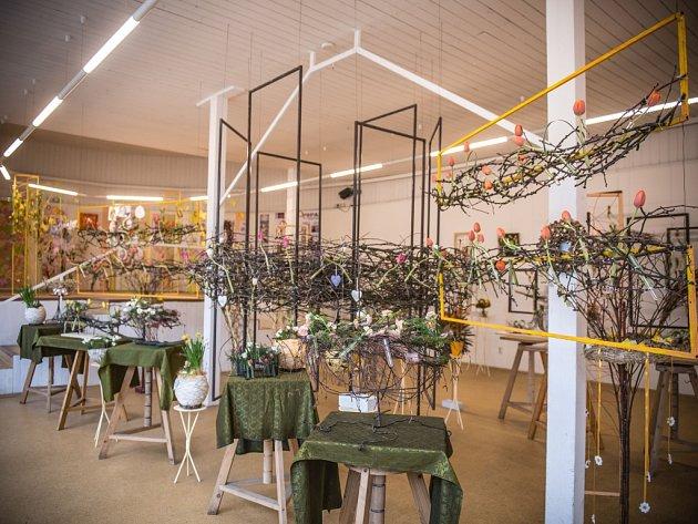 Výstava s jarní a velikonoční tématikou v budově Střední školy vizuální tvorby v Jiráskových sadech v Hradci Králové.