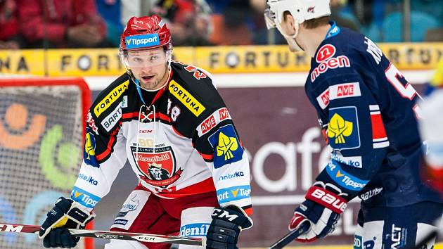 Obránce Aleš Pavlas (vlevo) v utkání hradeckých hokejistů s Chomutovem.