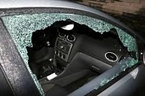 Poškozený a vykradený automobil.