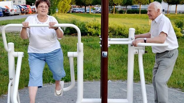 Oblíbená aktivita seniorů - cvičení na fitness strojích.