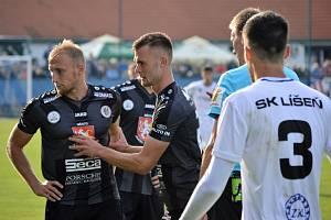 Nespokojenost. Hradečtí fotbalisté nezvládli duel v Líšni, jen remizovali. Rozladění byli i obránce Miloš Kopečný a útočník Erik Prekop, jenž ho klidnil.