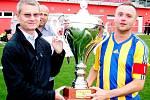Ivan Pařízek předává GIST pohár kapitánu Sokola Stěžery Tomáši Tušicovi, v pozadí místopředseda OFS Hradec Králové Vladan Haleš.