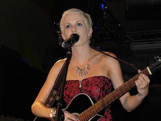 Jiřina Anna Jandová zpívala na křtu alba.