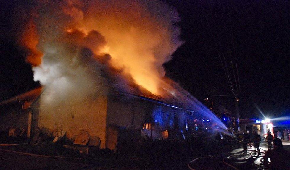 Požár v Nedělištích na Hradecku 18. října 2009.