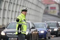 Křižovatka u Tesly v Hradci Králové řízená policisty.