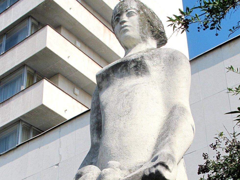 Socha ženy před hradeckým hotelem Amber - Černigov od Ladislava Zemánka.
