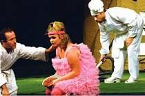 ZDRAVÝ NEMOCNÝ. V inscenaci Klicperova divadla hrají (zleva): Dušan Hřebíček, který ztvárňuje Argana, jehož trápí bezbřehá hypochondrie, Kristýna Kociánová vytváří jeho dceru Angeliku a Filip Richtermoc se blýskne jako drzá služka Tonka.