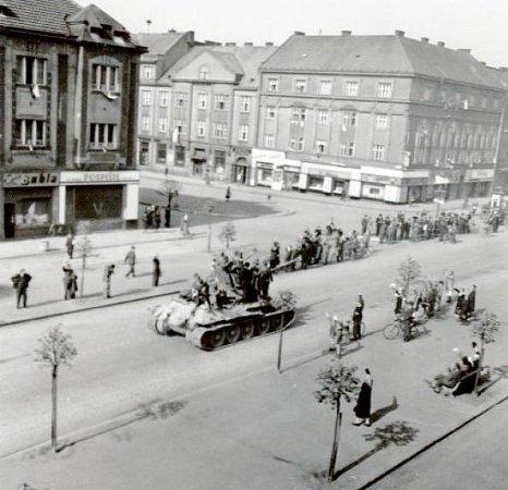 Sovětské tanky na dnešní třídě Karla IV. vHradci Králové.
