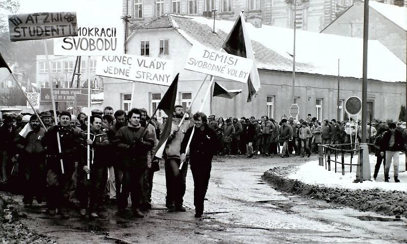 Chlumec v čase sametové revoluce. Průvod městem roku 1989.