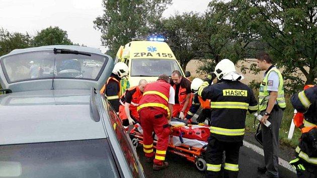 Nehoda tří automobilů na silnici I/35 uHolic.