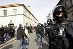 Policie oba tábory u kostela oddělila kordony těžkooděnců