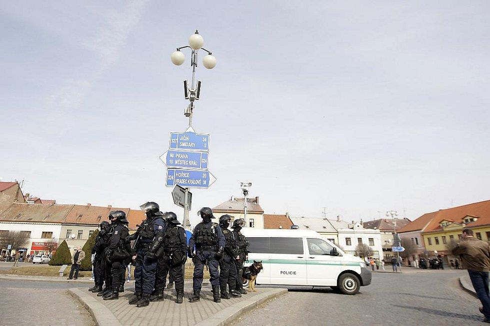 Pořádkové jednotky policie na náměstí v Novém Bydžově