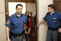 Dva nezletilí chlapci z výchovného ústavu, obvinění ze znásilnění, u Krajského soudu v Hradci Králové..