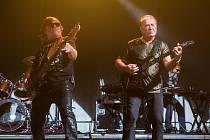 Z festivalu Rock for People: vystoupení skupiny Olympic s frontmanem Petrem Jandou.