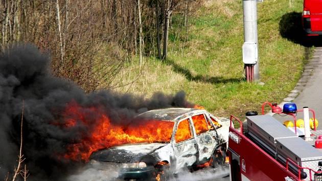 Požár osobního automobilu v Brněnské ulici v Hradci Králové.