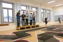 Členové kroužku RC Auta při DDM Třebechovice pod Orebem při závodech GP.