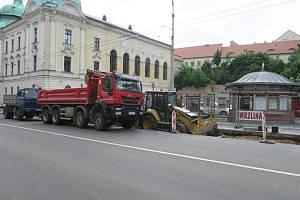 Oprava zastávky komplikuje dopravu.