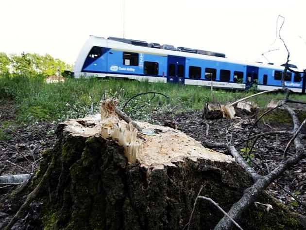 Práce na zdvojkolejnění trati mezi Pardubicemi a Hradcem Králové začaly.