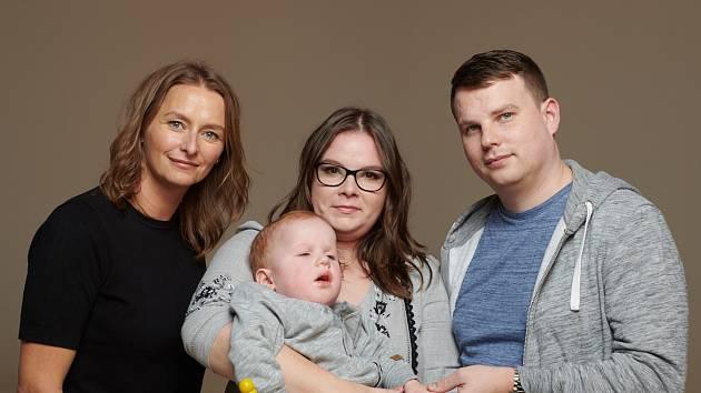 Šárka Procházková s rodinou, které pomáhají Dobří andělé.