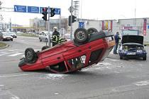 Autonehoda na hradeckém okruhu. Červený forman na střeše a jedna osoba v nemocnici. Takový je výsledek střetu dvou aut, k němuž došlo v sobotu dopoledne.