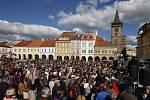Prezident Miloš Zeman přijel na třídenní návštěvu královéhradeckého kraje. Odpoledne diskutoval s lidmi na Valdštejnově náměstí.