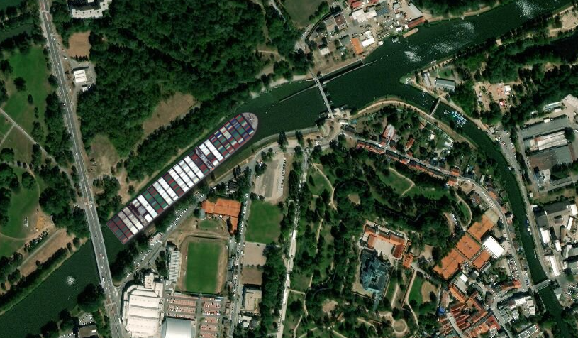 Jak by uvízlá kontejnerová loď ze Suezského průplavu vypadala na Labi v Pardubicích pod zdymadlem