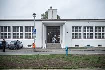 Nejdřív školka, teď jídelna a v budoucnu třeba muzeum s výukovým sálem. Bílá budova na Tylově nábřeží je podle památkářů tak unikátní, že si zaslouží důstojnější využití, než je výdej obědů.