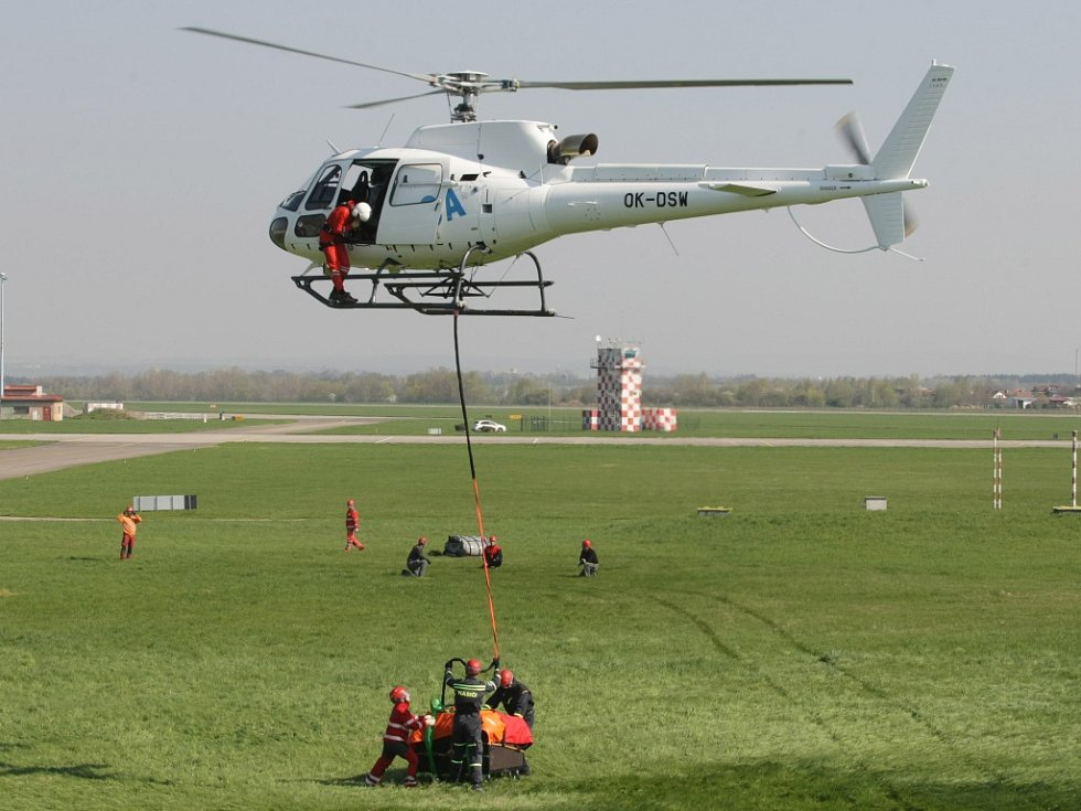 Vrtulník, který zasahuje v Himalájích, na letišti v Hradci Králové.