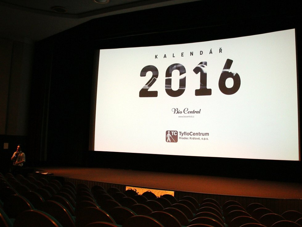 Kino dražilo kalendář na rok 2016 Nahota na prodej s fotografiemi Tomáše Ročka, výtěžek podpoří TyfloCentrum.