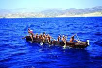 Na vydlabaném dubu chtějí dobrodruzi navázat na pravěké mořeplavce.