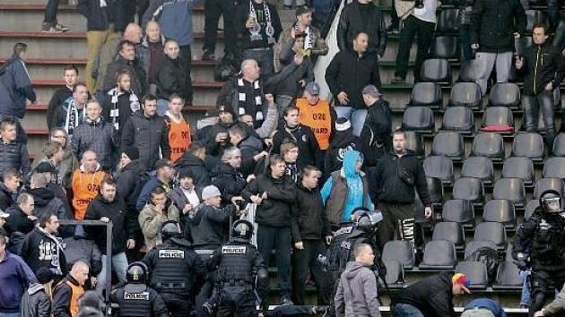 Násilnosti na hradeckém fotbalovém stadionu.