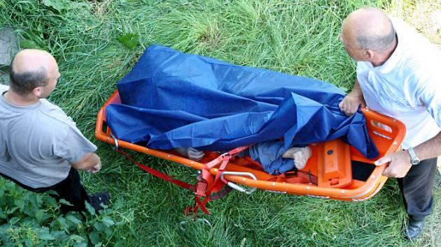 Pod jezem na Orlici viděli chodci z mostu lidské tělo. Záchranáři vylovili tělo mrtvé ženy